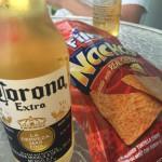 Balkonghäng med Corona och nachochips i Boqueron.